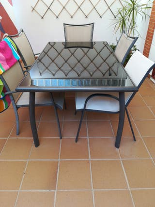 mesa de exterior con cristal de alta calidad.