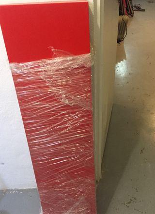Estante rojo con soportes traseros