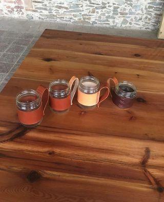 Taza hecha a mano de vidrio y cuero