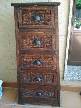 Mueble de madera y mimbre