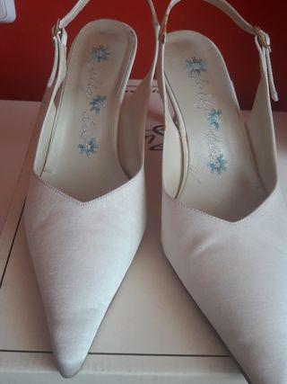 Zapatos de novia/fiesta de tela beige. Talla: 38.