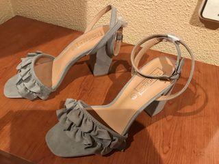 Sandalias grises de tacón a estrenar