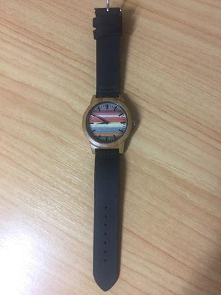 Reloj de madera y colores nuevo