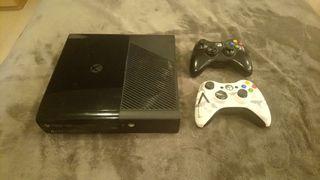 Xbox 360, 500 gb, dos mandos y 9 juegos.