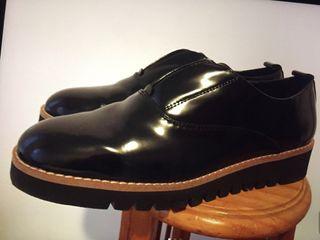 Zapato negro sin cordones