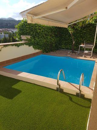 Toda una planta de una casa con piscina