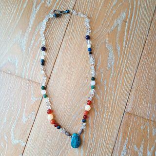 Bonito collar de piedras hecho a mano