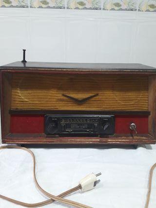 Radio antigua con radio caset incorporado