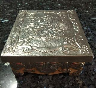 Caja hecha en Estaño