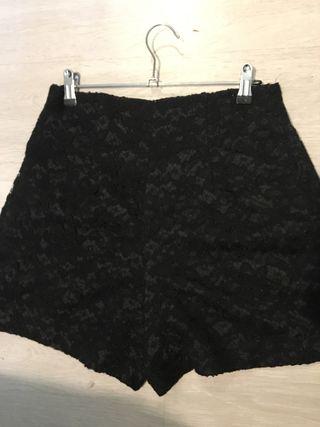 pantalon corto de encaje negro