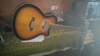 Guitarra electroacústica y amplificador.