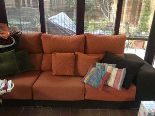 Vendo sofá tres plazas con chaise longue y cuatro