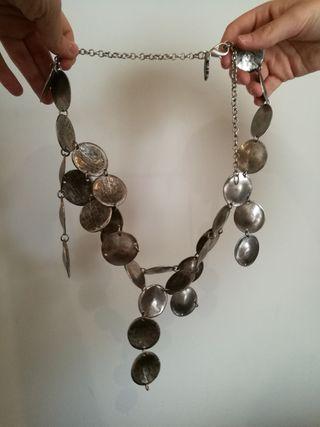 Collar y pulsera metálicas