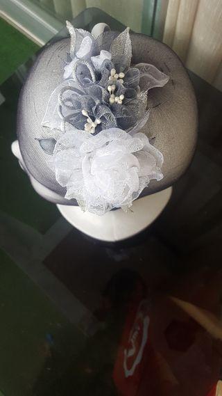Diadema en tonos grises y blancos.