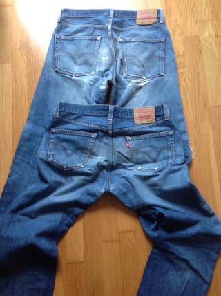 Pantalones Levis muy gastados.