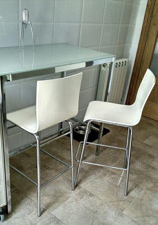mesa y sillas altas