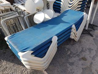 tumbonas de lona azul fijas