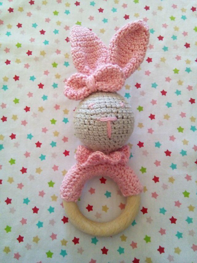 Conejito sonajero de crochet