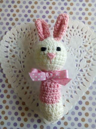 mini conejita sonajero de crochet