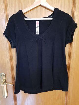 Camiseta negra lisa con capucha.
