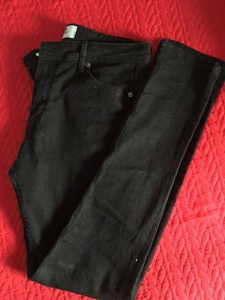 Pantalon pitillo negro hombre