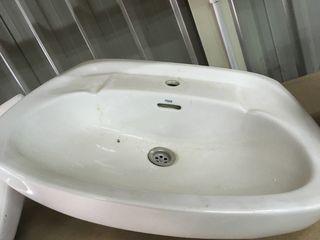 Pica lavabo marca Roca.