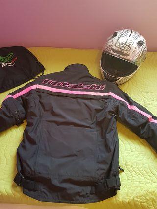 casco integral y chaqueta de moto