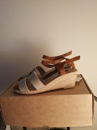 Sandalias de tiras beige.