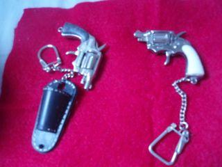 REBLlaveros hechos a mano con forma de revolver.