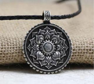 Colgante amuleto flor de loto