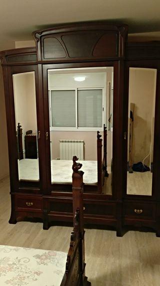 Conjunto armario y cama antiguos