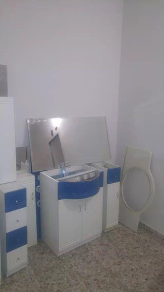 Muebles de baño color azul y blanco con encimera