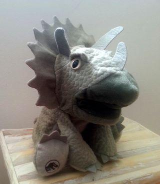 Peluche dinosaurio Triceratops JURASSIC WORLD.