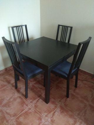 Conjunto comedor mesa y 4 sillas.