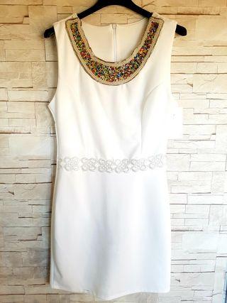 Vestido blanco con cuello decorado