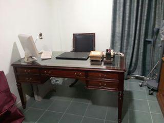 Mesa escritorio caoba con sillón de igual calidad