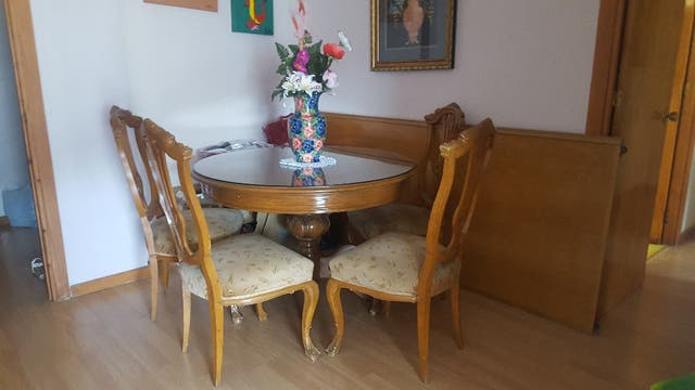 La mesa redonda para comedor y 4 sillas de madera de segunda mano ...