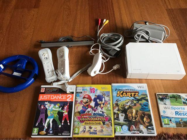 Wii con 3 mandos, volante todo el cableado y 4 juegos