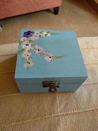 Caja pequeña pintada a mano