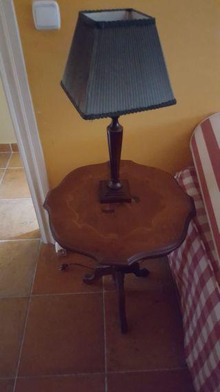 Mesa y lámpara