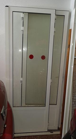 Doble puerta acristalada de aluminio.