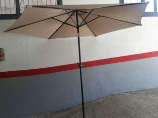 parasol de jardín de color beige con manivela de 2