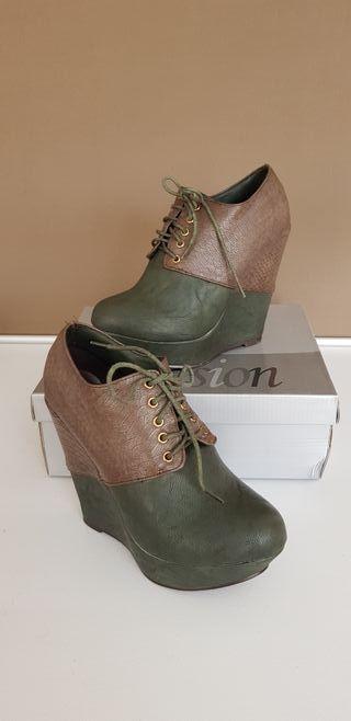 Zapatos de cuña alta verdes. Talla 38.