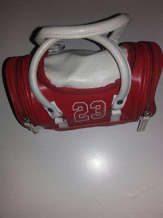 bolso rojo y balnco
