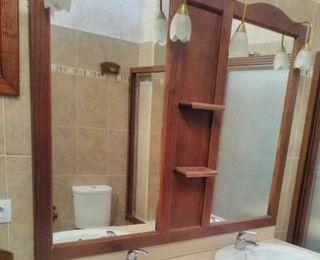 Mesa de madera y espejo