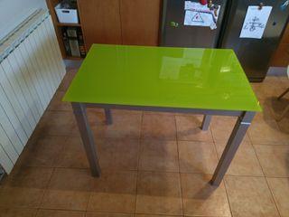 Mesa i dos sillas de cocina