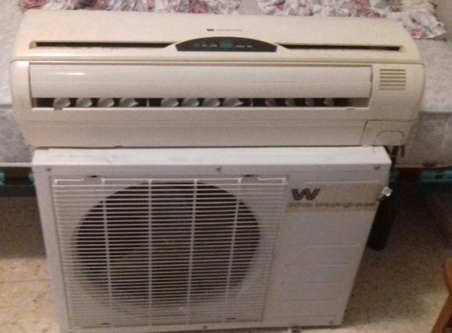 Aire acondicionado, con mando y soporte.