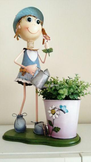 Fofucha jardinera con planta artificial