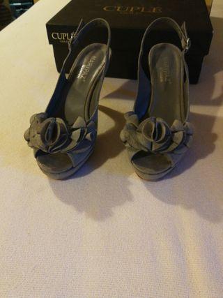 Sandalia de fiesta gris.