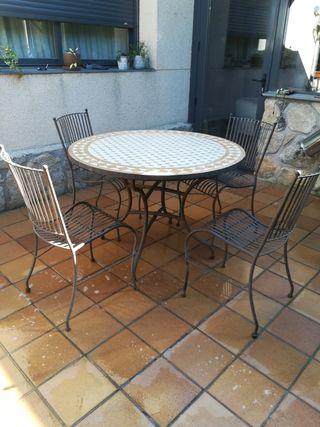 Conjunto de mesa y sillas de forja y cerámica.